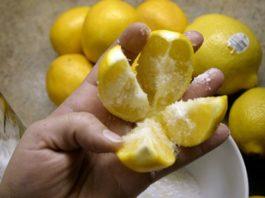 Разрежьте 1 лимон на 4 части, посыпьте солью и положите на кухне! Этот трюк изменит вашу жизнь навсегда!